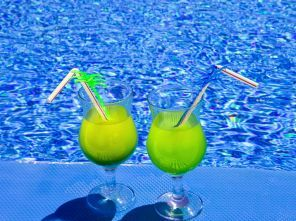 Poolside tropical Cocktails met alcohol